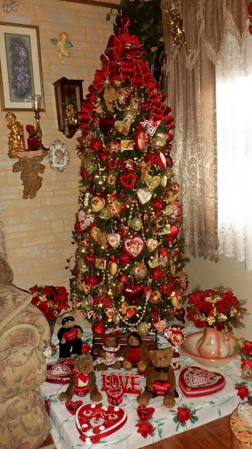 Red and Gold Valentine's Tree in the Living Room 2018