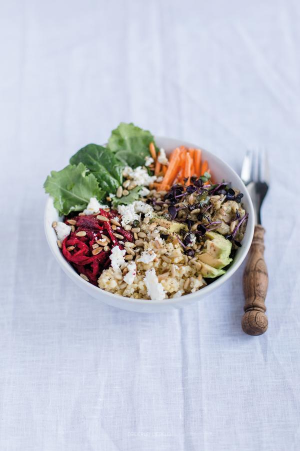 Superfood Salad Bowl mit Hirse, Roter Bete, Baby Kale, Karotten, Auberginencreme, Avocado, Sprossen, Feta und gerösteten Sonnenblumenkernen