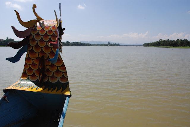Đi thuyền Rồng trên sông Hương