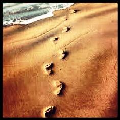 moda estilo motivação pegadas na areia só mais um passo antoine de saint exupery