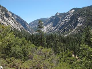 """Rückblick auf Kings Canyon; der seltsam geformte Felsen in Bildmitte ist """"die Sphinx"""""""