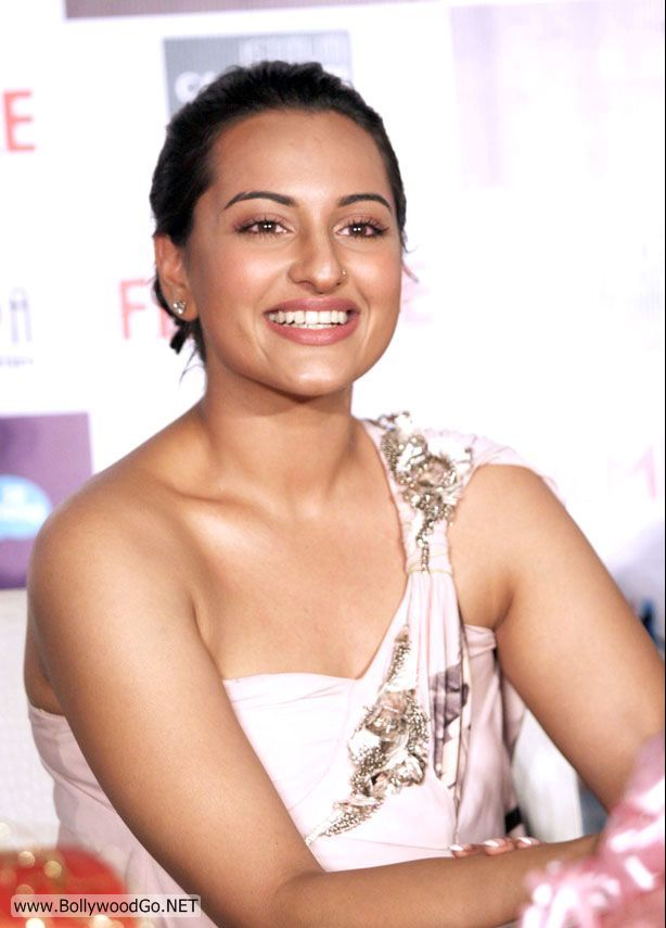 Actress Sonakshi Sinha Original Nude Photos -