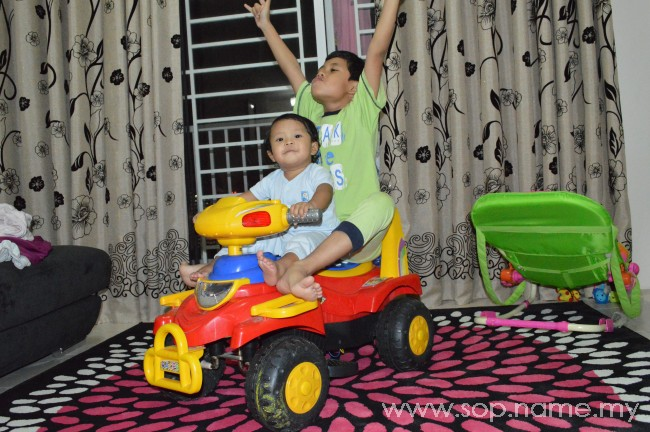 Auni dan kereta mainan baterinya