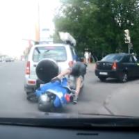 Rapaz atinge carro em cheio com Scooter