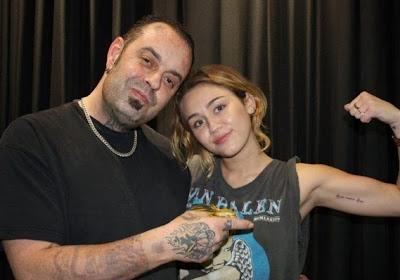 tatuaje 2012 de miley cyrus en el brazo frase love amor never nunca dies muere