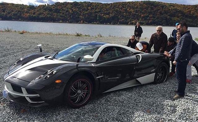 特注の「パガーニ・ウアイラ」で湖へ、砂利で動けなくなりホンダの車に牽引される。
