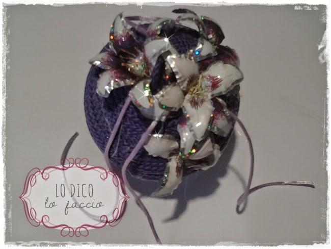 Pallina di polistirolo decorata con fiori in sospeso for Lampadario palline vetro