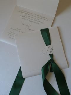 προσκλητήριο γάμου λευκό με πράσινη κορδέλα