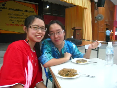 This is Huey Ting and I and I do think that she looks a lot like my ex-classmate back in 6AE, Mok Li Suet =P.