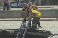 bomberos rescatando a una mujer