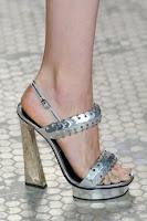 Сребърни сандали на платформа с висок трапецовиден ток на Proenza Schouler