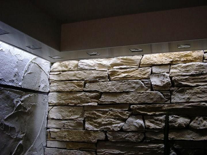 Декоративна стена комбинация на декоративна мазилка с каменна зидария