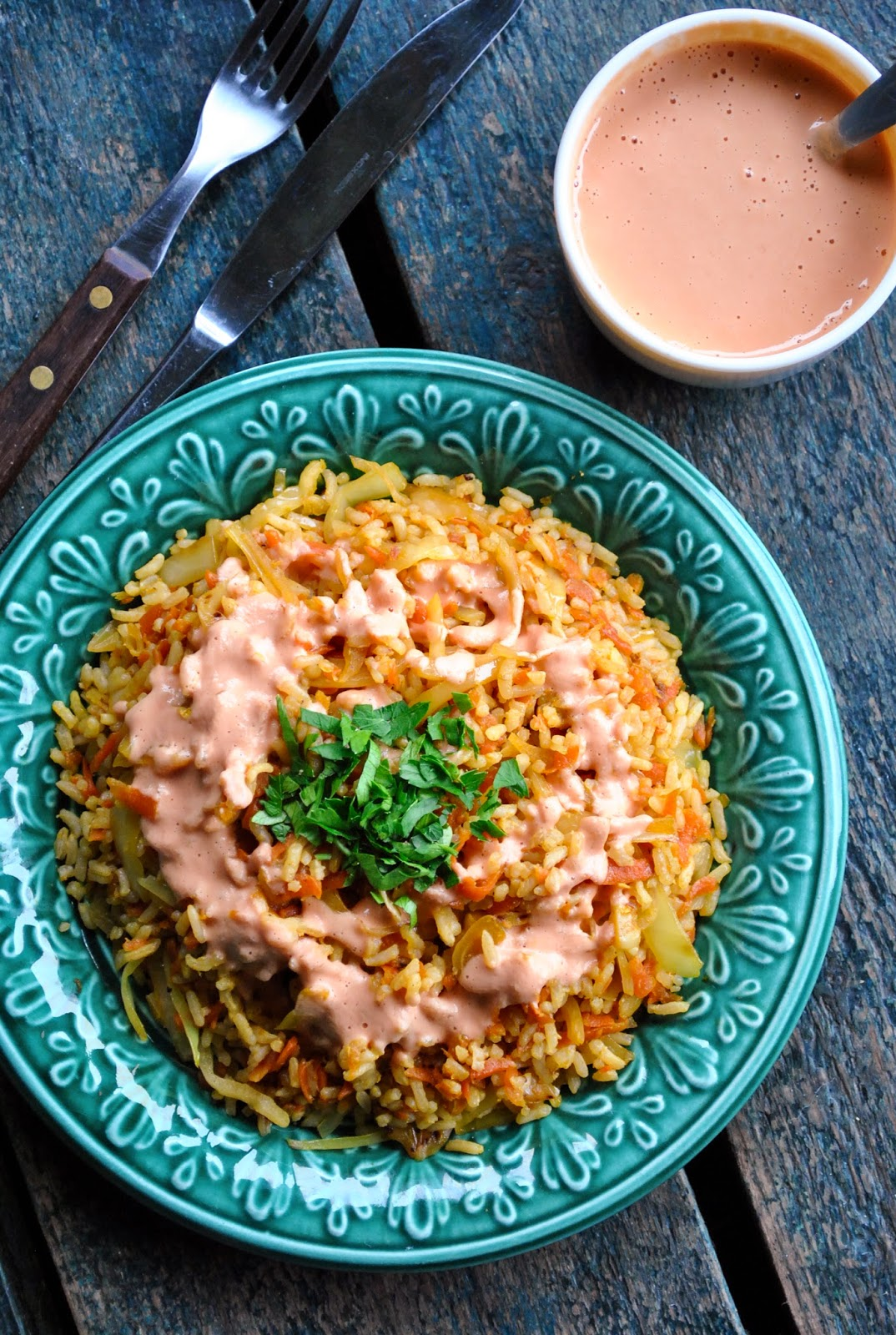 Lihtne riis köögiviljade ja maapähkli-tomatikastmega | Taimetoit.ee