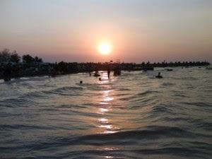 Pantai Maron yang terletak di sebelah barat Semarang, tepatnya di sekitar muara Sungai Silandak.