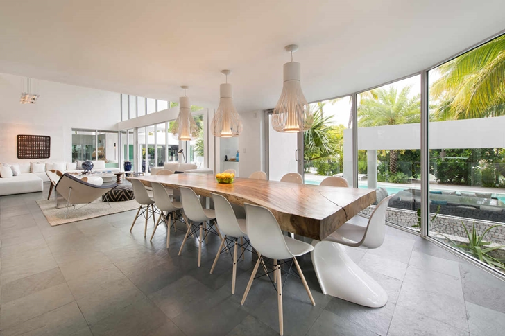 Dining room in Modern mansion in Miami