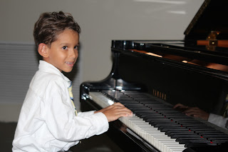 Alexander durante el recital de las clases de piano