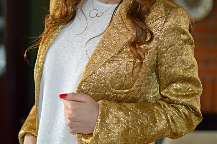 Pinko Gold Embroidered Jacket H&M White Frilled Crêpe Blouse H&M Necklace outfit per natale vigilia di natale outfit capodanno bianco oro studs xmas outfit The Sparkling Cinnamon