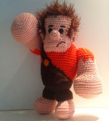 http://translate.google.es/translate?hl=es&sl=en&tl=es&u=http%3A%2F%2Fwww.dendennis.nl%2Famigurumi-designs%2Ffree-pattern-ralph-from-disneys-wreck-it-ralph%2F