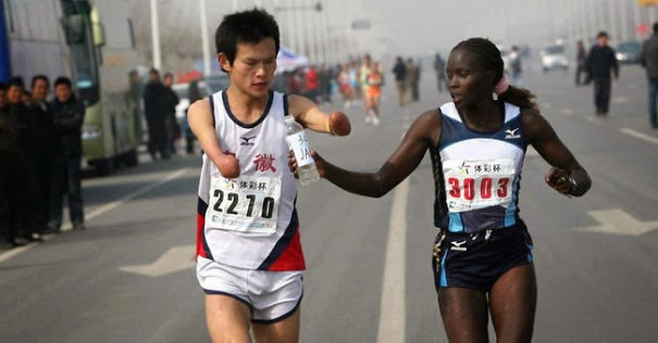 20+ Photos That Will Restore Your Faith In Humanity - Jacqueline Kiplimo Helps A Disabled Runner Finish A Marathon In Taiwan, Costing Her A First Place Finish