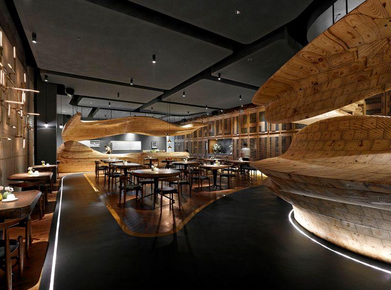 Restaurante dise ado con estructuras de madera esculpidas for Restaurante madera