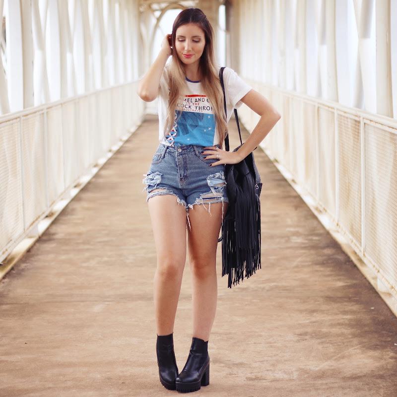 t-shirt e shorts jeans