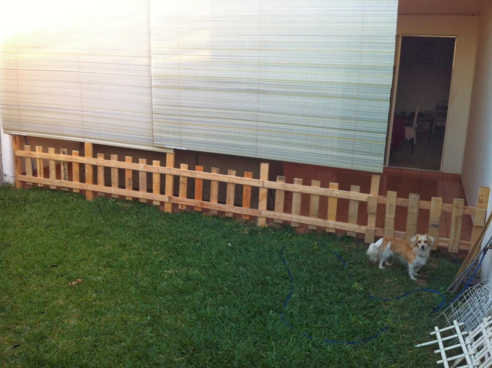 Cerca para jardin hecha de tablas de tarimas - Cercas para jardin ...