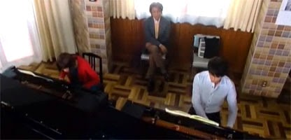 Tanioka observes Nodame and Chiaki playing pianos side by side
