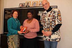 Overhandiging boek aan Ambassadrice van Zambia