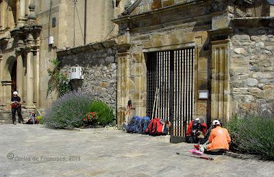 Peregrinos esperando la apertura del albergue