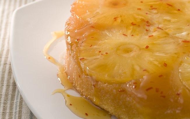 Receita de Bolo invertido de abacaxi com calda de pimenta