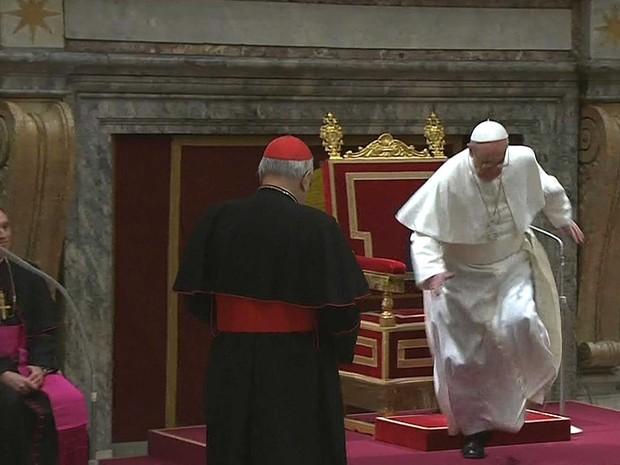 Papa quase caindo, papa Francisco, papa Jorge Bergoglio, papa chico bento