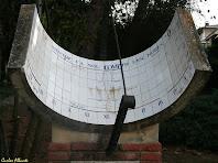 Detall del rellotge de sol dedicat a Joan Amades. Autor: Carlos Albacete