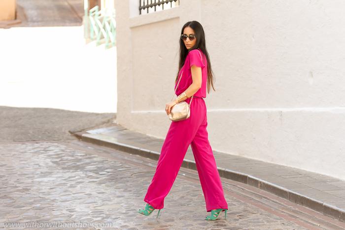 Combinacion de colores rosa fucsia con verde y dorado