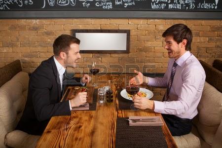 Chiste de amigos, comer, restaurante, chuletas, cara, pequeña, educación.