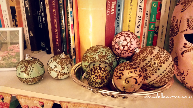 palline di natale decorate con henné