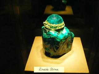 caseta-facuta-dintr-un-singur-smarald