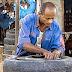 شاب كفيف يعمل في صيانة واصلاح السيارات