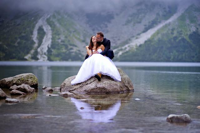 sesja slubna w gorach, sesja ślubna w górach, pomysły na sesje zdjęciową, zdjęcia ślubne, Sesja ślubna Morskie Oko, Zakopane, wesele, suknie ślubne,