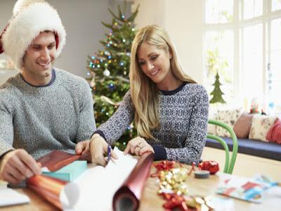 pareja envolviendo regalo navidad