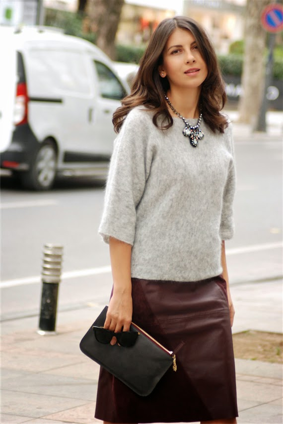 streetstyle, fashion blogger, pullover, statement necklace,jewelry, leather skirt, stefanel,chic, chic style, look, fashion blogger, clutch,sandals,gray,grey,burgundy,trendydolap