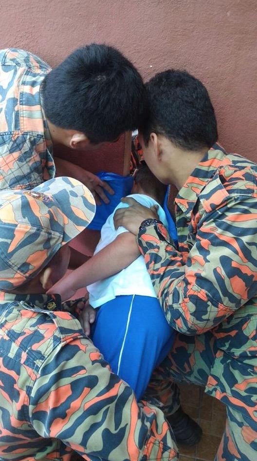 Kanak-Kanak Tersepit Ketika Bermain, Diselamatkan Oleh Pihak Bomba