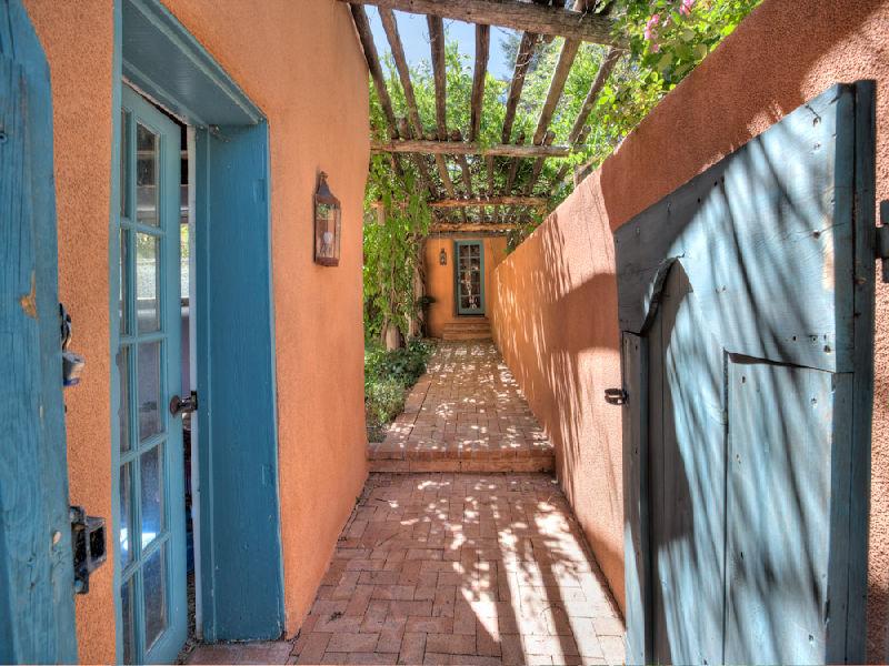 Estilo rustico patios estilo santa fe for Decoracion de patios rusticos