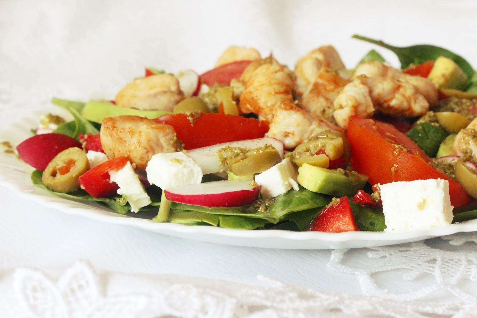 Pyszna i zdrowa sałatka z kurczakiem