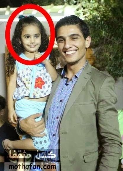 هل تعرف من تكون الطفلة التي يحملها محمد عساف