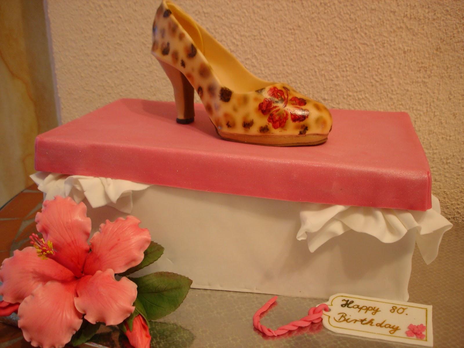 brigittes tortendesign leo schuh mit schuhkarton und hibiskusbl te als torte zum 80 geburtstag. Black Bedroom Furniture Sets. Home Design Ideas
