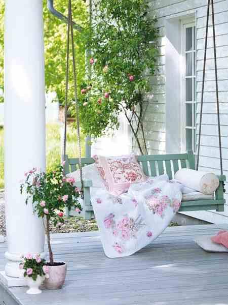 Wisząca ławka do ogrodu i na werandę, narzuta w kwiaty