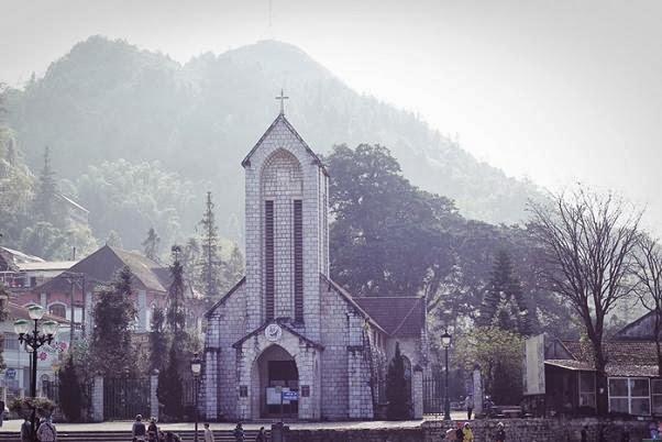 mặt trước nhà thờ đá sapa