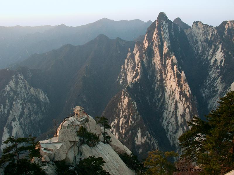 Petit temple avec le pic Sud en arrière-plan (mont Hua, Chine)
