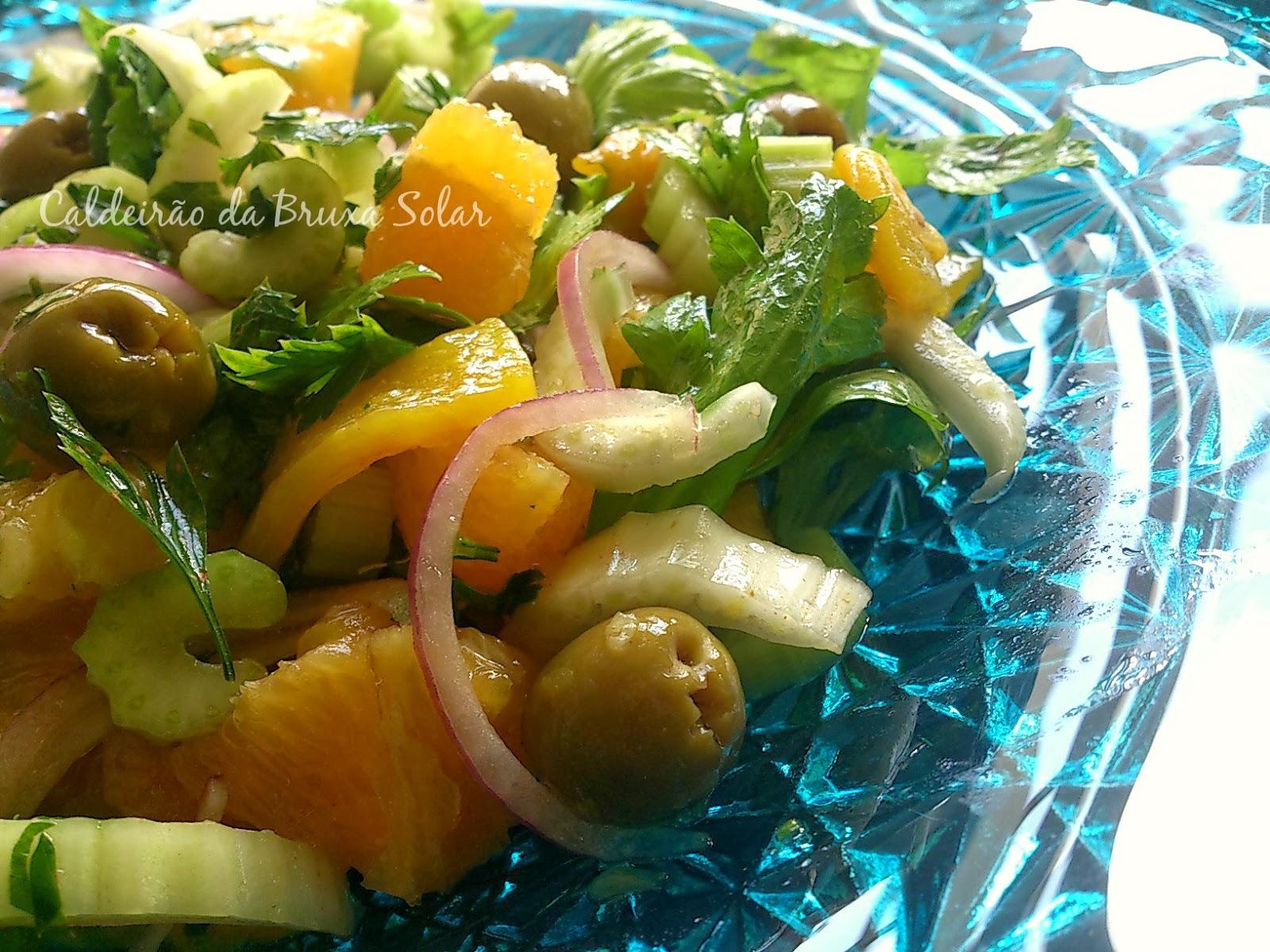 Salada de aipo, laranja, limões, pimentão e azeitonas