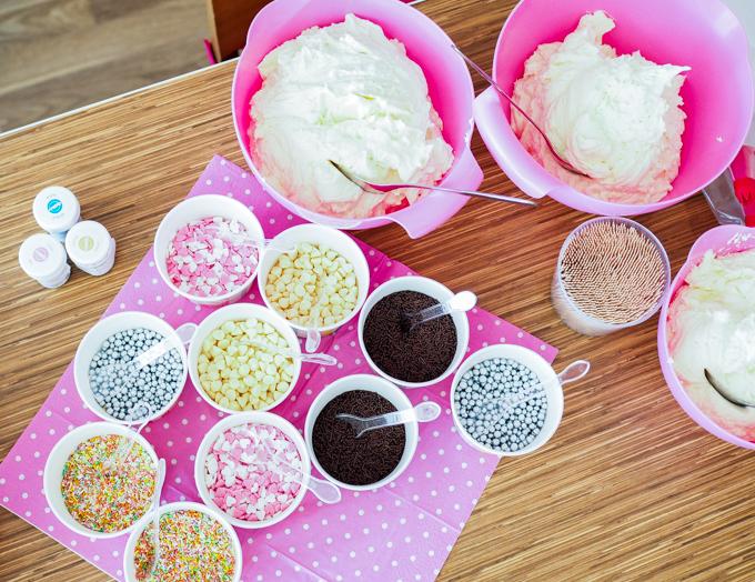 teemailta pink vanilla desserts cupcakes koristelu ohjelmanumero polttareihin